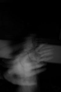 La combe hative. Photographie noir et blanc, Arles 2017, technique de Blind Painting, Cédric Poulain.