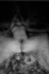 La déca Dante. Photographie noir et blanc, Arles 2017, technique de Blind Painting, Cédric Poulain.